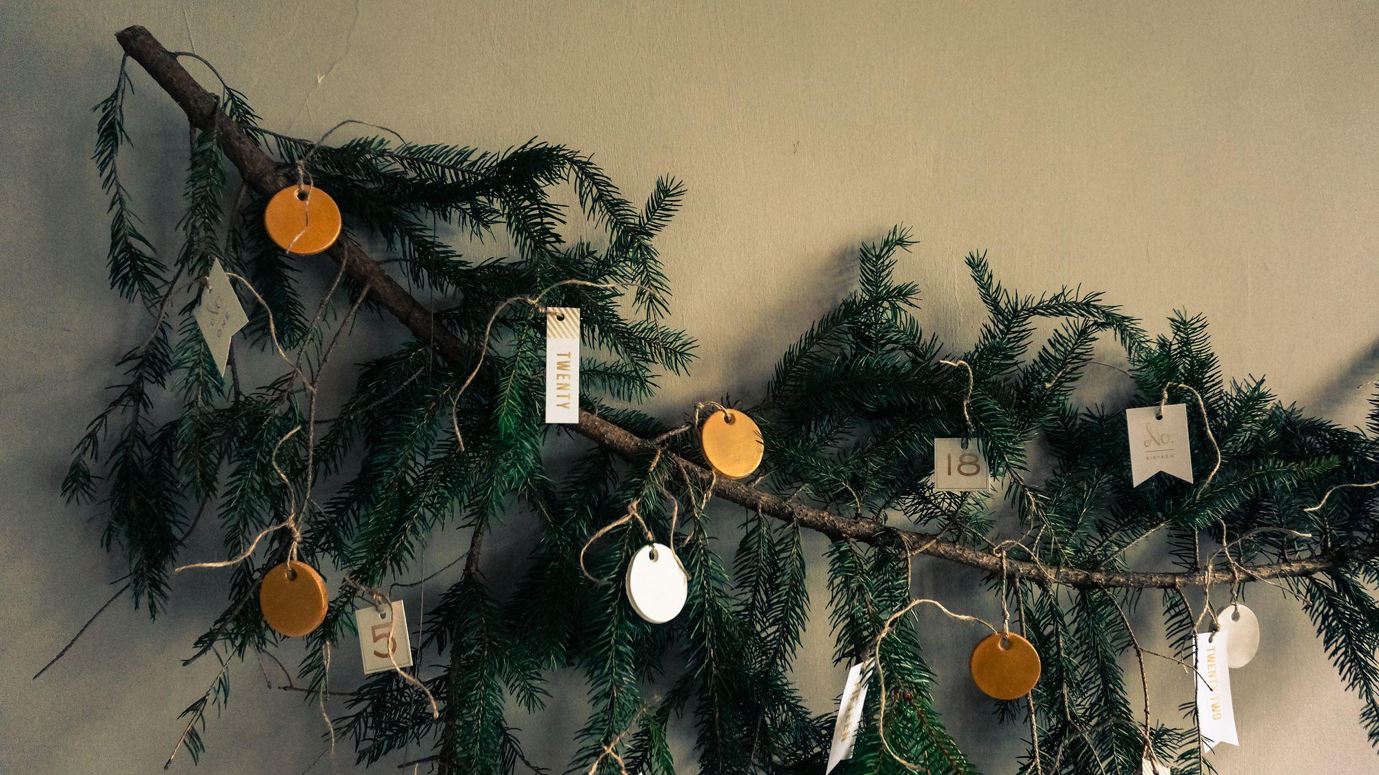 Decorazione con oro e un ramo di pino natale al verde - Rami decorativi natalizi ...