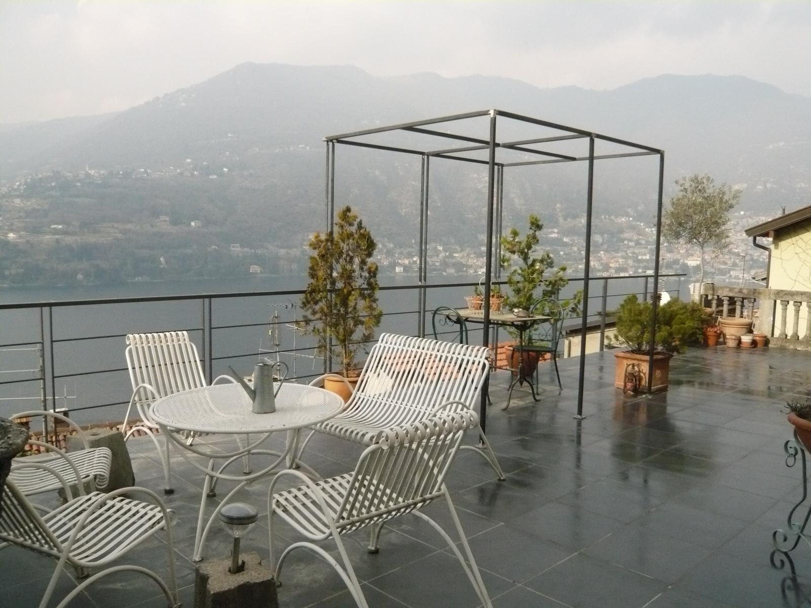 Come progettare un terrazzo con un traliccio con fioriera ...