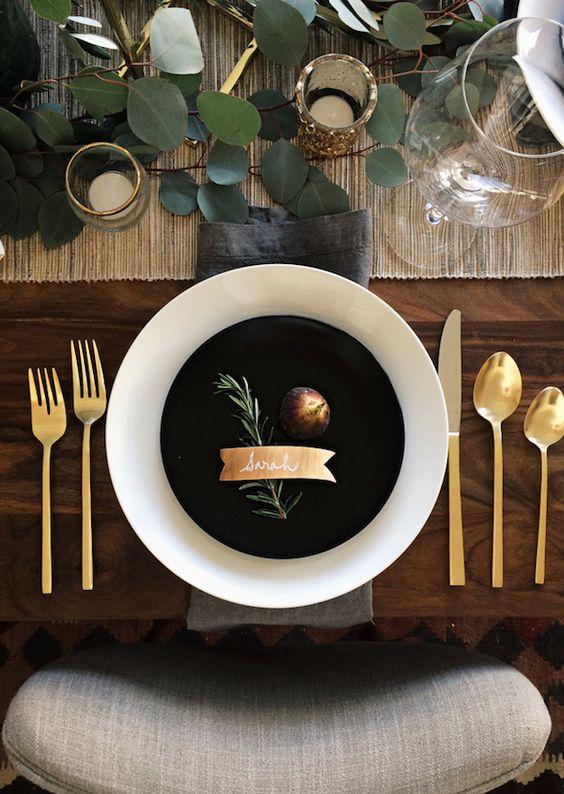 posate in OTTONE Eucalyptus tavolo in legno scuro SENZA tovaglia.
