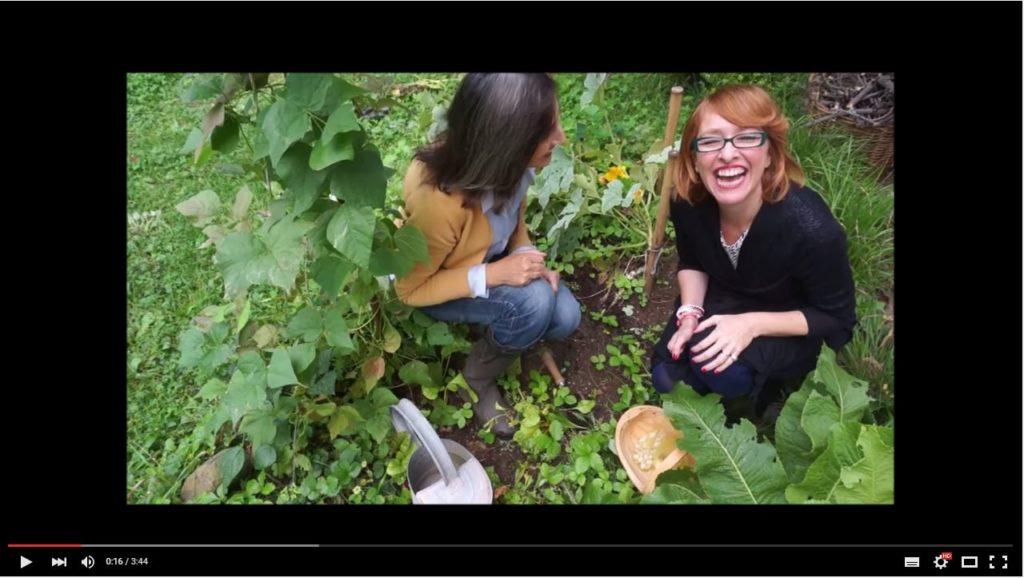 2 ladies in giardino con spensieratezza