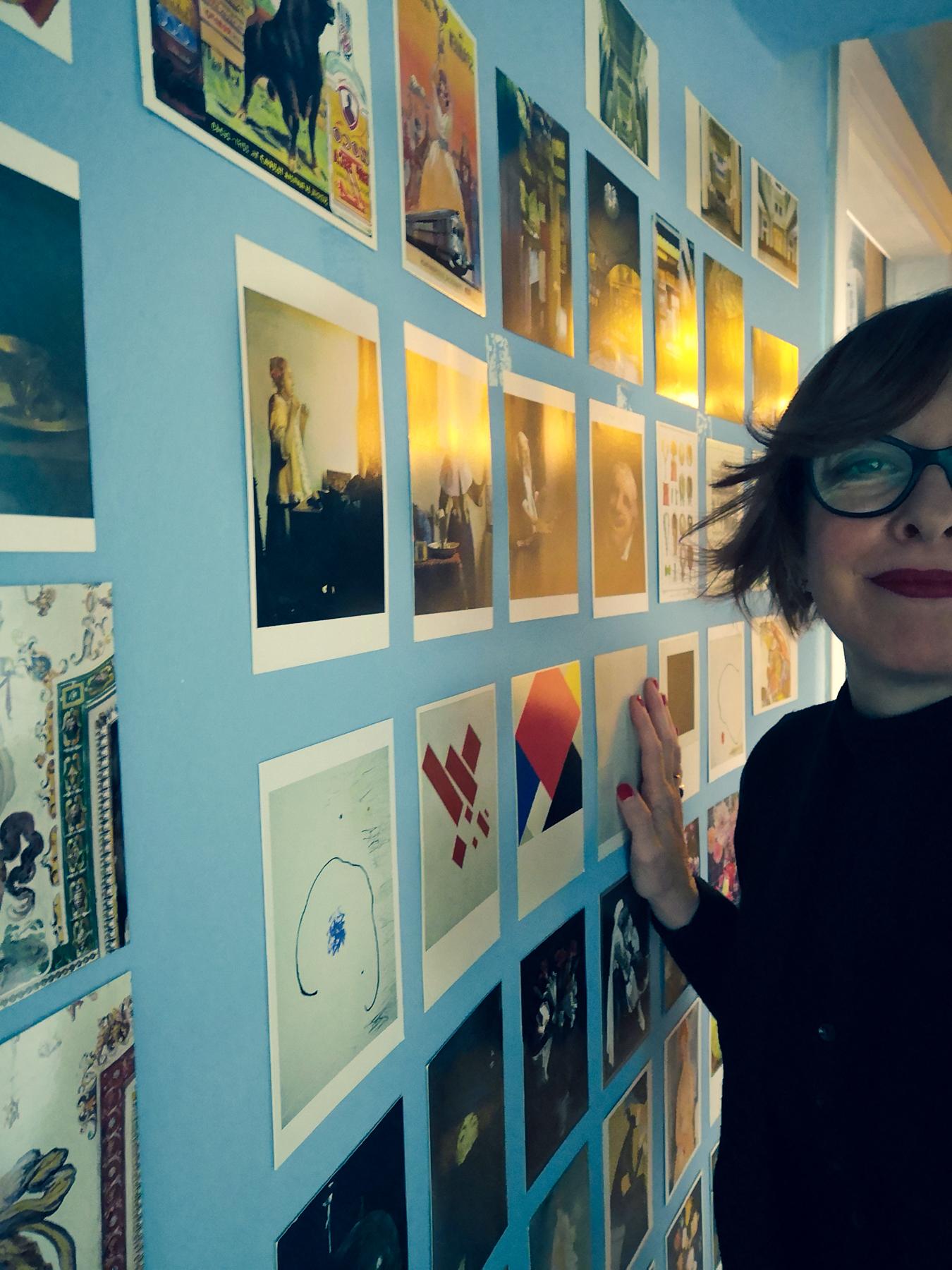 Come Tappezzare Un Muro come decorare una parete con delle cartoline | blossom zine blog