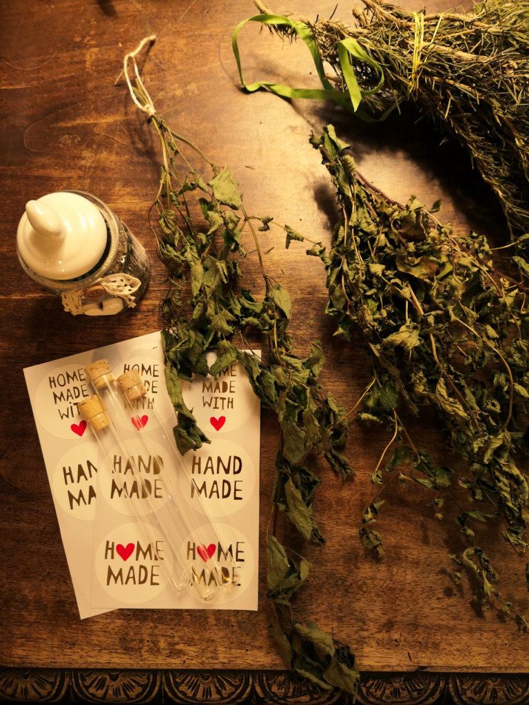 Come far essiccare le erbe aromatiche per poi regalarle a Natale ( idea low cost )