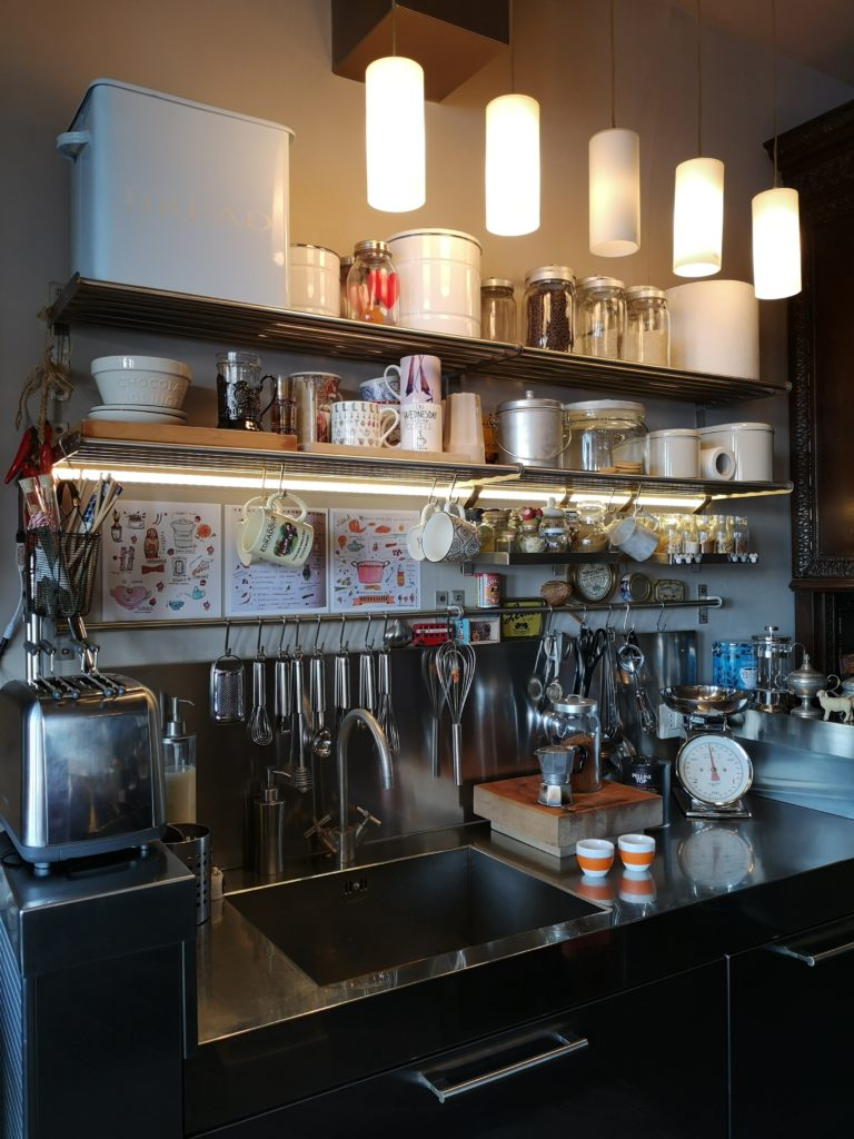 Come arredare con le luci Led le mensole in cucina